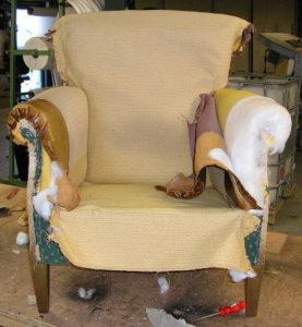 Stoffeerder maakt verborgen stoel gebreken zichtbaar